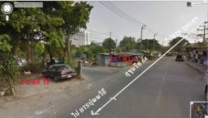 โครงสร้างแปลงที่ดินสองแปลง มีถนนผ่านกลาง